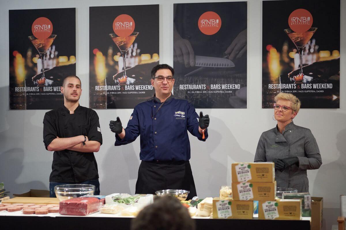 chef Tomislav Niksic i food blogerica Anita Kozina pripremaju The Beyond Burger (1)